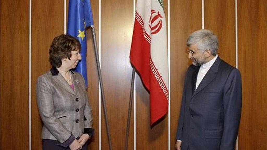 La jefa de la diplomacia europea, Catherine Ashton (izq) y el jefe de la delegación iraní, Saeed Jalili (der). EFE/Archivo