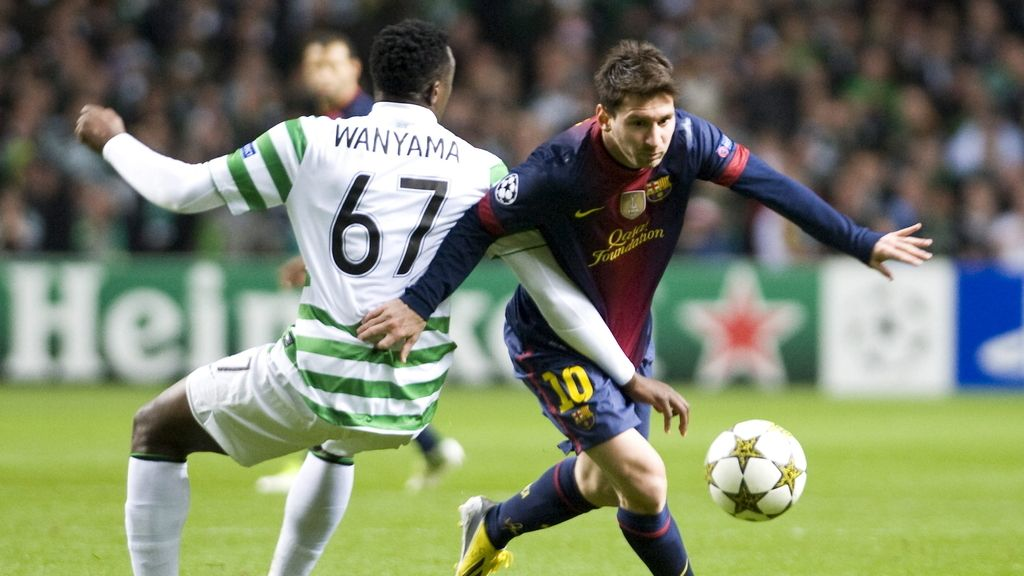 El delantero del argentino FC Barcelona, Lionel Messi, pelea por el control del balón con el Celtic, Wanyama