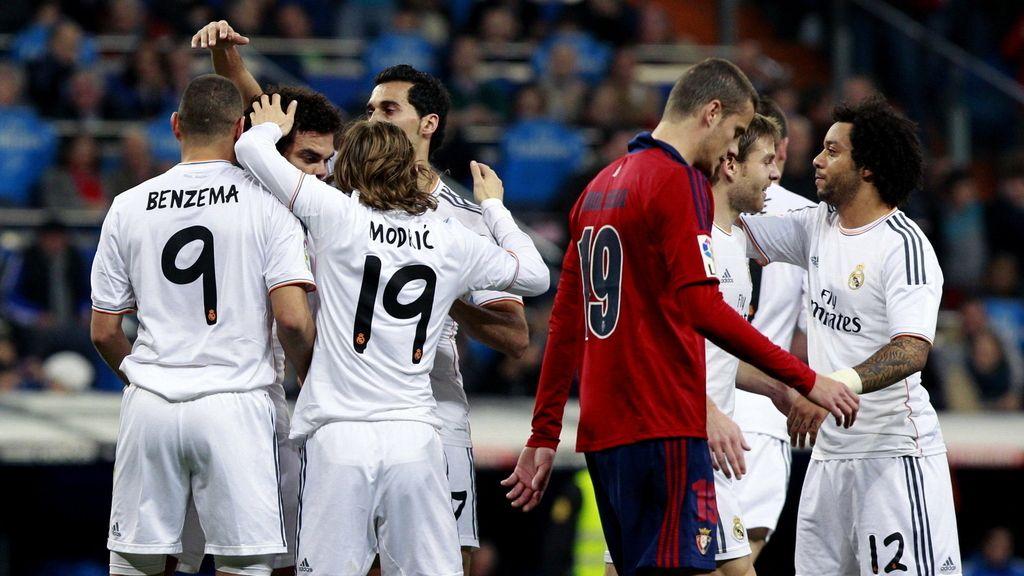 El delantero francés del Real Madrid Karim Benzema (i) celebra con sus compañeros el gol marcado al Osasuna