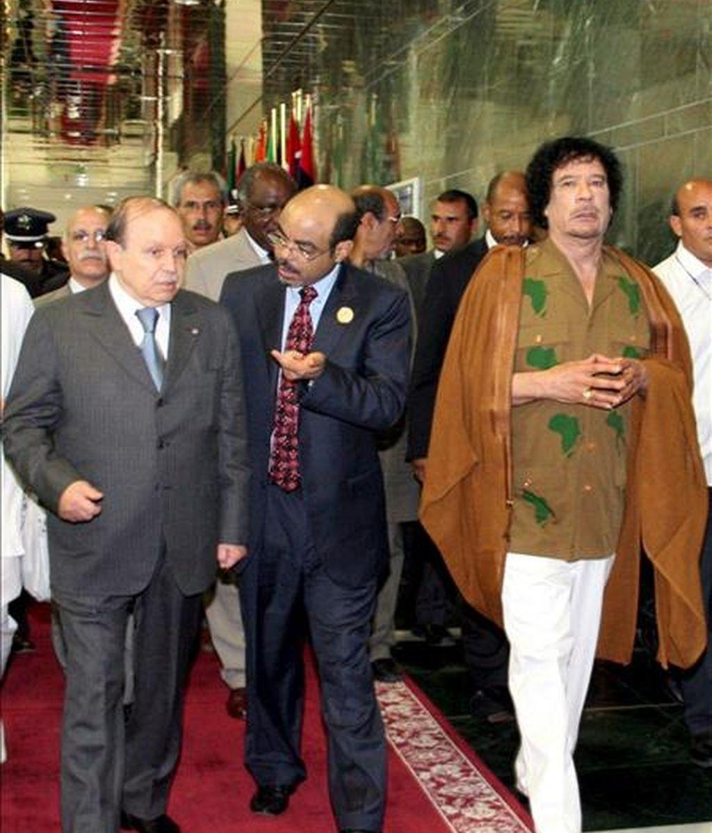 El líder libio y presidente de la Unión Africana, Muamar Gadafi (d), y el presidente de Argelia, Abdelaziz Bouteflika (i), a su llegada ayer a la vigésimo primera cumbre del Comité de Dirección de la Nueva Asociación para el Desarrollo de África (NEPAD), que se celebró en Sirte, Libia. EFE