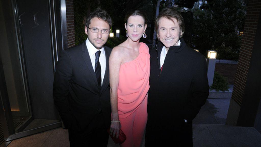 Raphael, el homenajeado de la noche, junto a su hijo Manuel y la mujer de éste, Amelia Bono