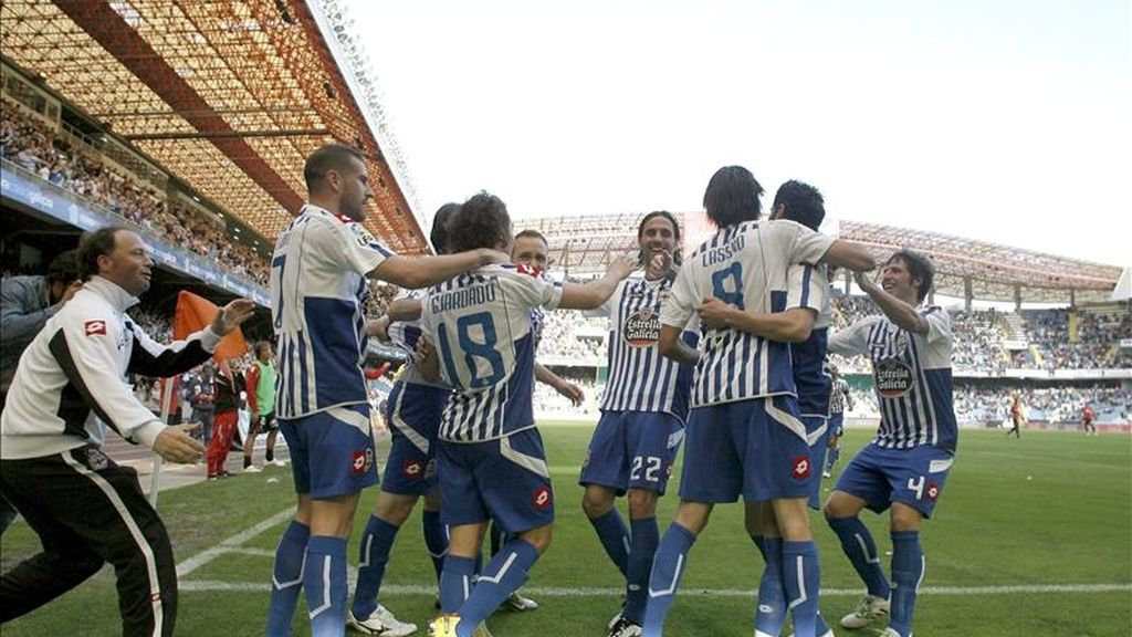El delantero francés del Deportivo de La Coruña Lassad Nouioui (3d) celebra con sus compañeros su gol, segundo de su equipo, durante el partido correspondiente a la trigésima jornada de Liga en Primera División que el conjunto gallego ha disputado ante el RCD Mallorca en el estadio coruñés de Riazor. EFE