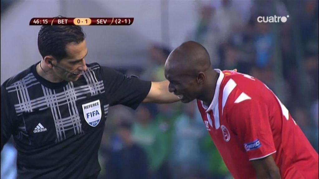 El árbitro habla con M'Bia en la segunda mitad