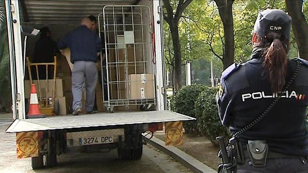 Una decena de cajas precintadas con sellos de la Dirección General de la Policía, con los documentos incautados en las empresas investigadas por los presuntos Expedientes de Regulación de Empleo (ERE) irregulares, a su llegada en un furgón policial al juzgado de instrucción 6 de Sevilla el pasado 14 de febrero. EFE/Archivo