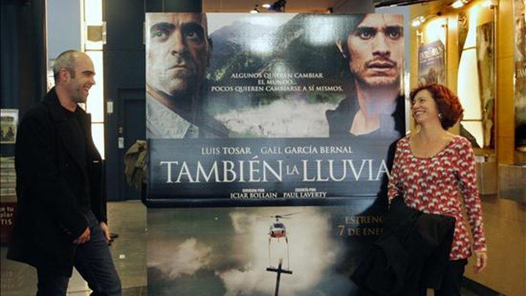 """La directora de cine Iciar Bollaín, posa junto al actor Luis Tosar, durante la presentación de su nueva película """"También la lluvia"""".EFE/Archivo"""
