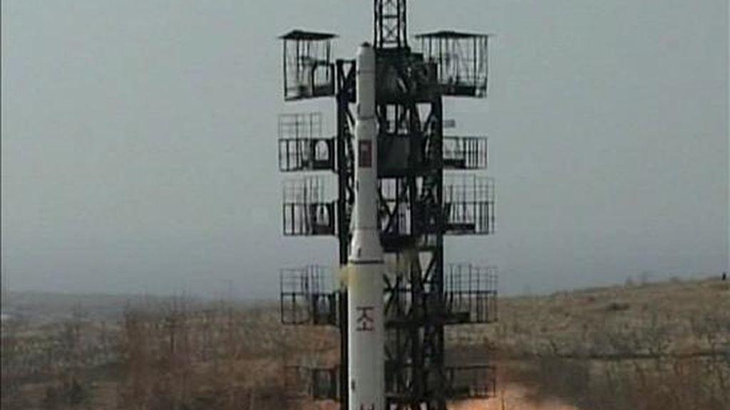 Foto que muestra el lanzamiento del cohete Unha-2, con el que Pyongyang afirma que colocó en órbita un satélite de comunicaciones Kwangmyongsong-2 el pasado 5 de abril. EFE
