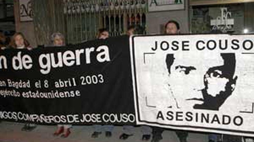 Familiares, amigos y compañeros del reportero José Couso, que murió en Bagdad por los disparos de un tanque del ejército de Estados Unidos, durante una concentración ante la sede del PSOE en Madrid el mes pasado. EFE