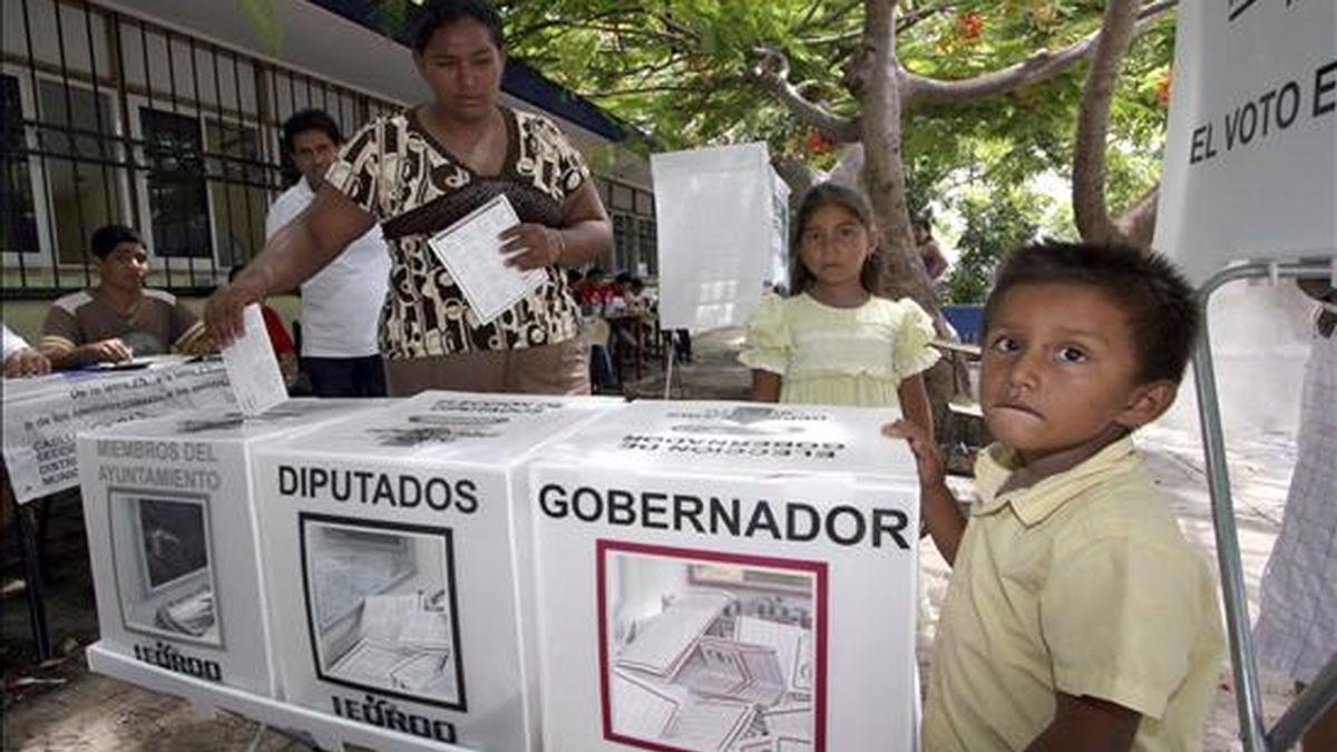 Una señora emite este domingo su voto en una mesa instalada en Cancún, en el estado mexicano de Quintana Roo. EFE