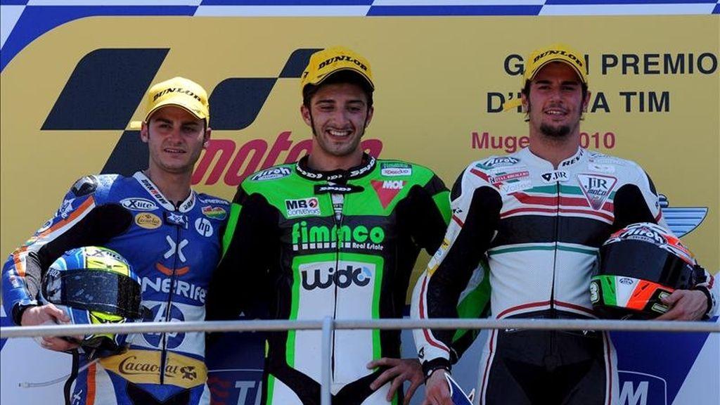 (De izq a der) El piloto español de Moto2 Sergio Gadea, el italiano Andrea Lannone y su compatriota Simone Corsi en el podium tras acabar en segunda, primero y tercero, respectivamente, en el Gran Premio de Italia de motociclismo disputado en junio de 2010 en el circuito de Mugello, en el centro de Italia. EFE/Archivo