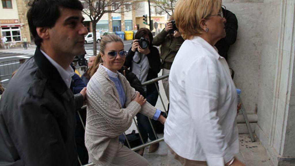 María José Campanario, su madre y Jesulín de Ubrique a su llegada al juicio de la 'Operación Karlos' el 15 de abril