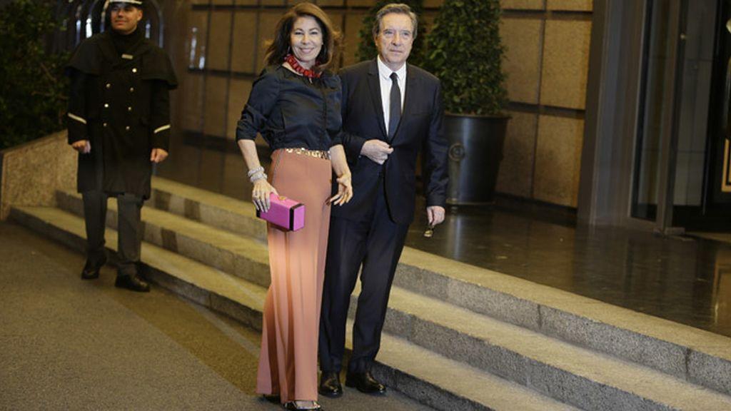 El periodista Iñaki Gabilondo y su mujer Lola en la celebración del cumpleaños de Mario Vargas Llosa