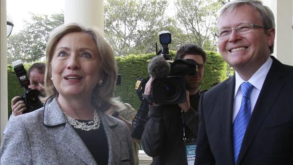 La secretaria de Estado estadounidense, Hillary Clinton (i),  junto al ex líder australiano Kevin Rudd. EFE/Archivo