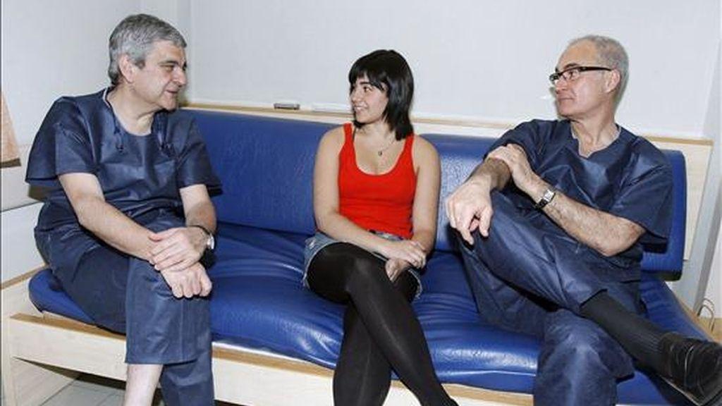 Los doctores José Luis Ripoll (d) y Mariano De Prado conversan hoy en el hospital San Carlos de Murcia con la bailarina Celina Franco, a la que realizarán una intervención de tobillo que se seguirá en directo en el II Congreso Internacional de Cirugía Mínimamente Invasiva de Pie y Tobillo que se celebra en Murcia. EFE