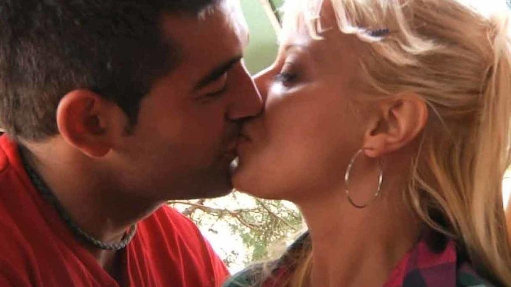 ¡Jonathan y Elisabeth se besan delante de Rebeca!