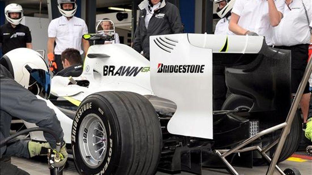 Mecánicos de la escudería Brawn GP trabajan en el coche de Jenson Button. EFE/ARCHIVO