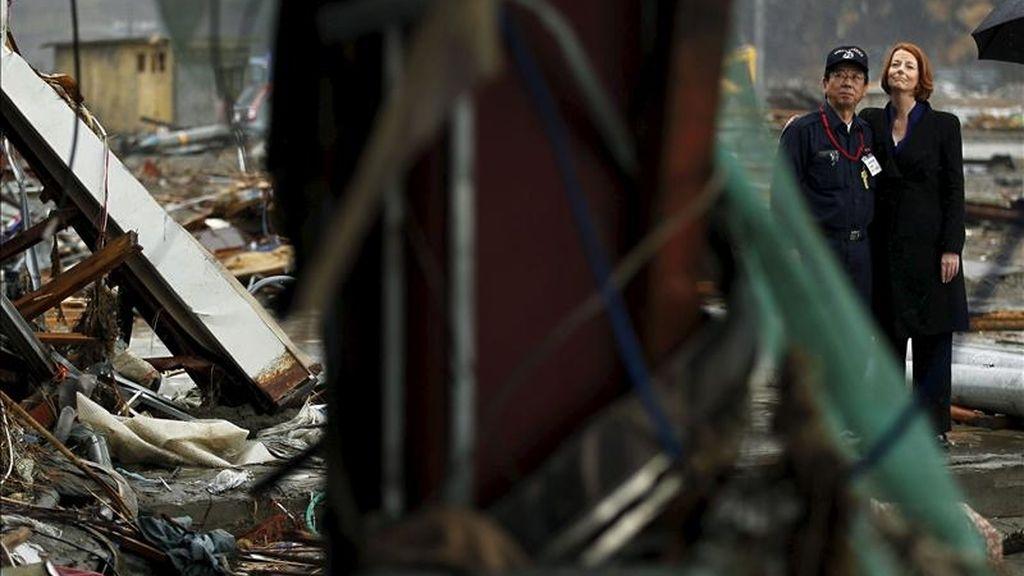 La primera ministra australiana, Julia Gillard (d) y el alcalde de localidad de Minamisanriku, Jin Sato, observan hoy los daños tras el terremoto y posterior tsunami del pasado 11 de marzo, en la prefectura de Miyagi, noreste de Japón. EFE