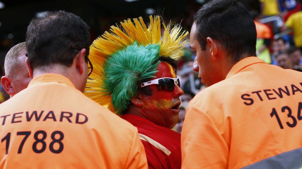 Un hincha con los colores de ambos equipos fue expulsado del estadio