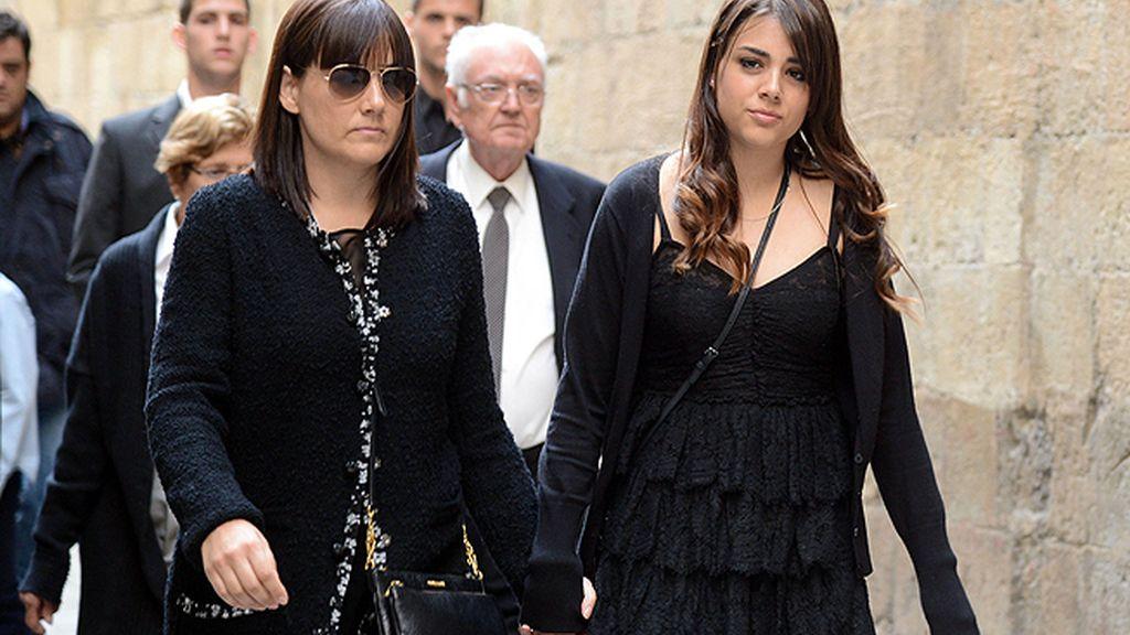 La mujer y la hija de Vilanova, cogidas de la mano