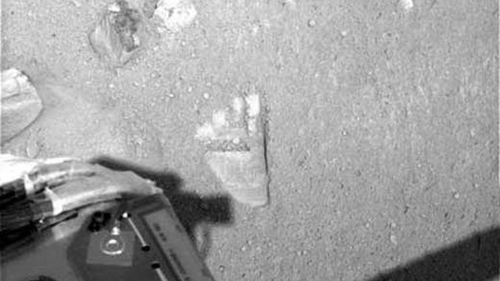 Imagen de la huella dejada en Marte por el brazo robótico de la sonda Phoenix. Foto: NASA