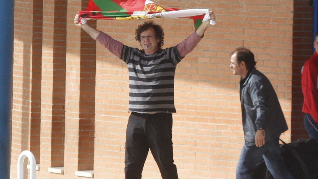 """El histórico etarra Juan Carlos Arruti Azpitarte (d), """"Paterra"""", en el momento de abandonar entre el apoyo de familiares la prisión de Alcolea (Córdoba)"""