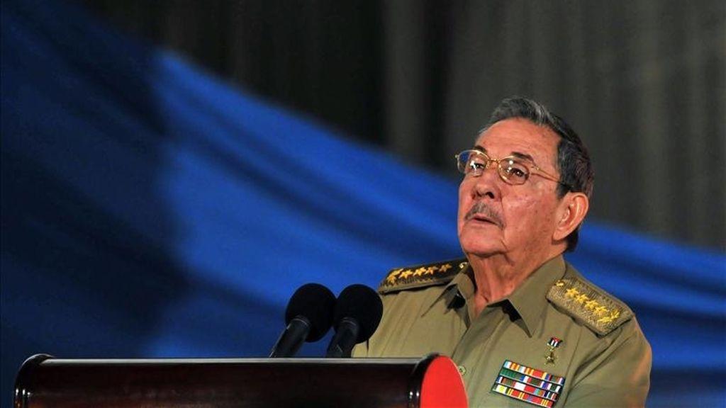 En un severo discurso pronunciado el pasado diciembre ante la Asamblea Nacional Cubana, Raúl Castro llamó a rectificar los errores cometidos en el pasado porque, de lo contrario, la revolución y el esfuerzo de generaciones enteras se hundirá. EFE/Archivo