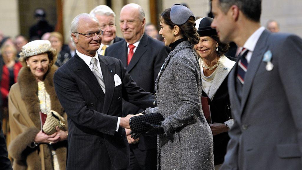 La princesa Mary de Dinamarca saluda al rey Carlos Gustavo de Suecia en el ayuntamiento de Copenhague
