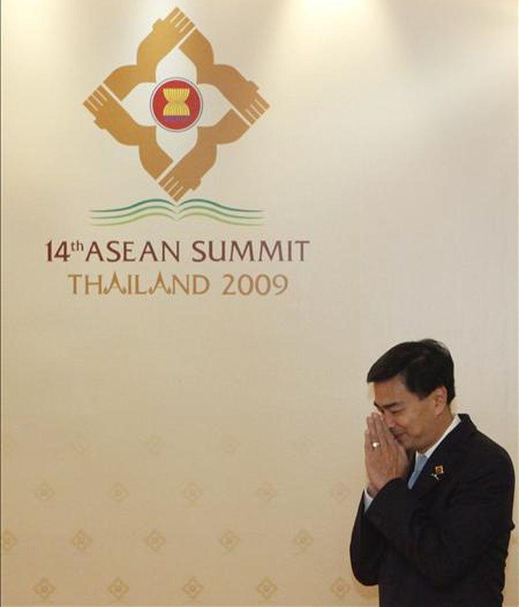 El primer ministro de Tailandia, Abhisit Vejjajiva, saluda a los jefes de Estado y de gobierno que asisten a la 14ª Cumbre de la Asociación de Naciones del Sudeste Asiático en Cha Am, a 150 kilómetros al sur de Bangkok, Tailandia, el pasado 1 de marzo. EFE/Archivo
