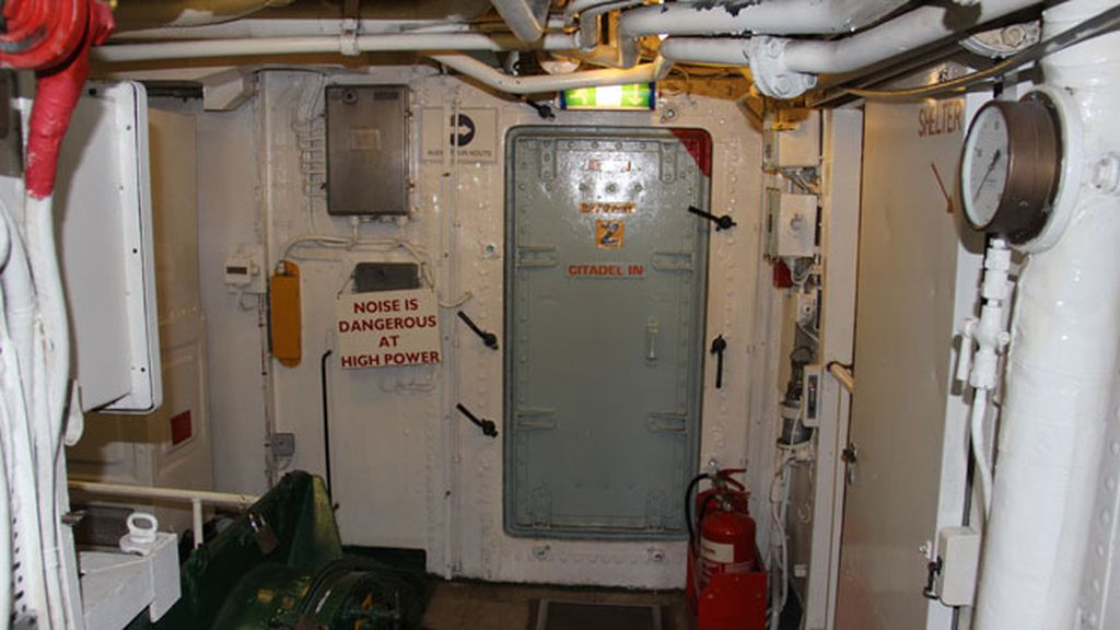 Entrada interior del puente de mando del barco