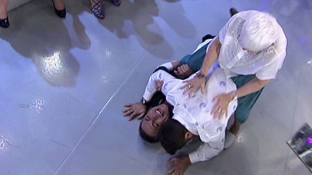 Colaborador y presentador acaban en el suelo