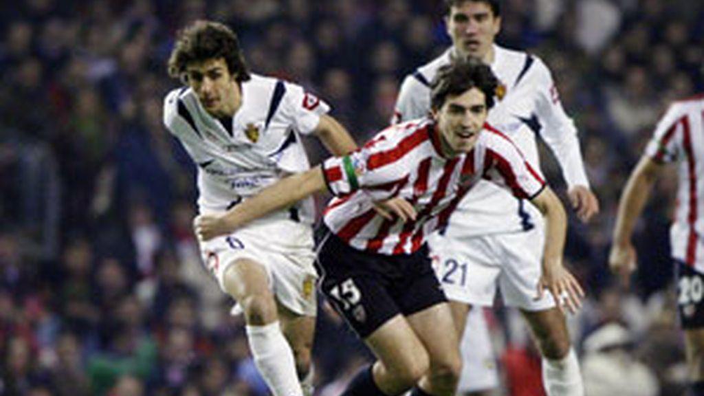 Athletic y Zaragoza luchan por un balón FOTO: EFE