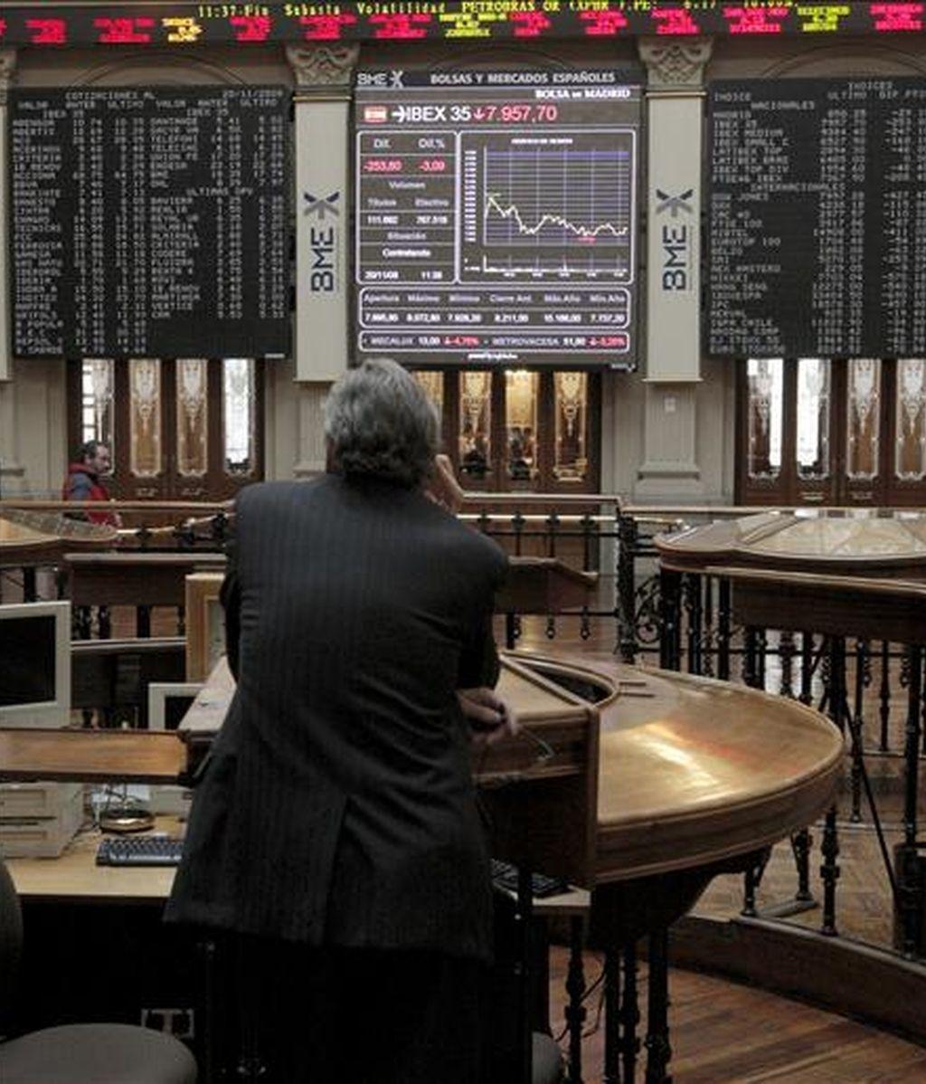 Un inversor sigue las cotizaciones del indicativo Ibex-35 en la sede de la bosla de Madrid. EFE/Archivo