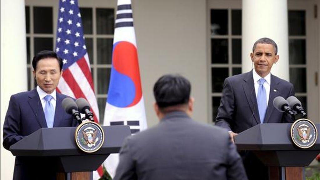Imagen de este martes del presidente estadounidense, Barack Obama (d), y el presidente de Corea del Sur, Lee Myung-bak, durante una rueda de prensa conjunta en la Casa Blanca, en Wasington DC. EFE