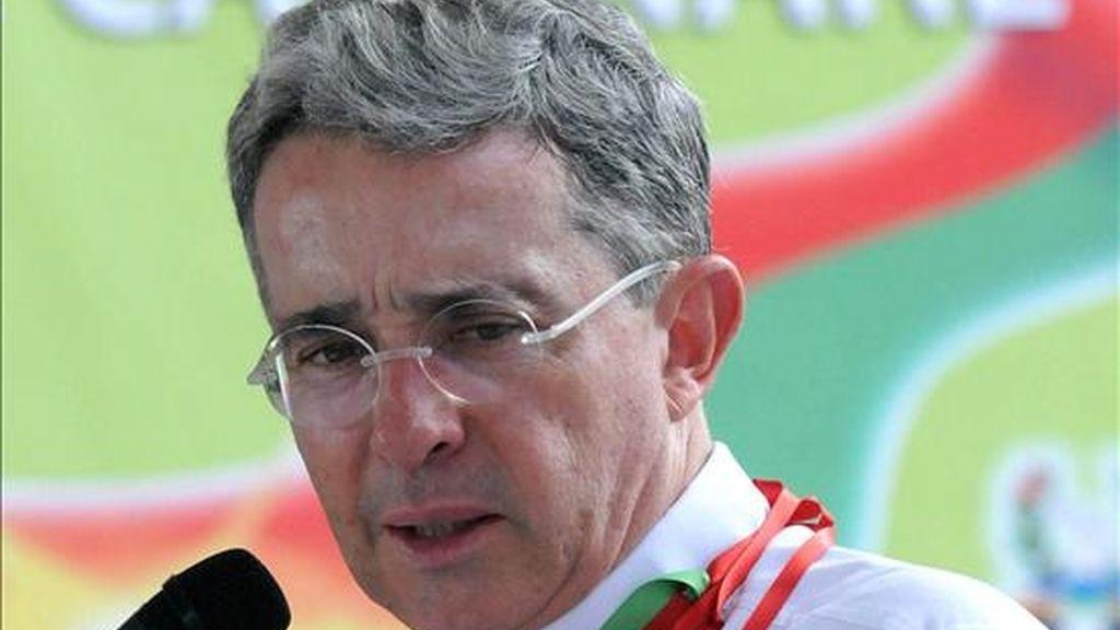 Fotografía cedida por la Presidencia de Colombia que muestra al presidente colombiano, Álvaro Uribe, ayer 31 de julio, en la ciudad de Yopal (Colombia), como parte de una visita de despedida. EFE