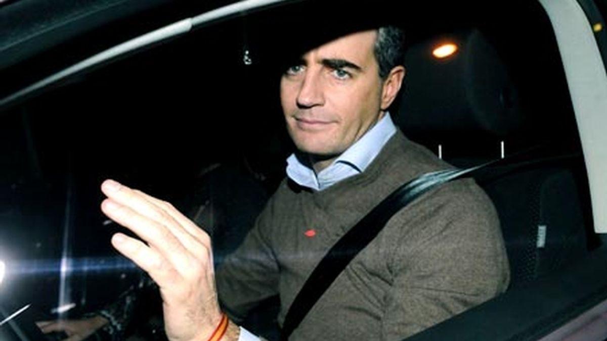 Ricardo Costa salió de la sede central del PP sonriente y haciendo un gesto de 'OK'. Video: ATLAS.
