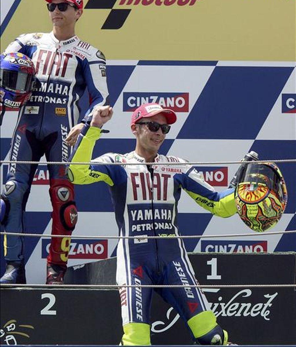El piloto italiano de Moto GP Valentino Rossi (Fiat-Yamaha) celebra su victoria delante de su compañero de equipo, el piloto español Jorge Lorenzo (i), en el Gran Premio de Catalunya de motociclismo disputado en el Circuito de Montmeló (Barcelona). EFE