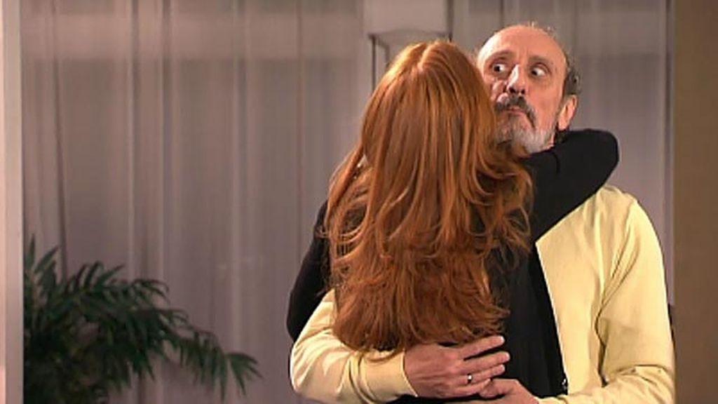Enrique lleva el abrigo de Judith de 600 euros a las monjas