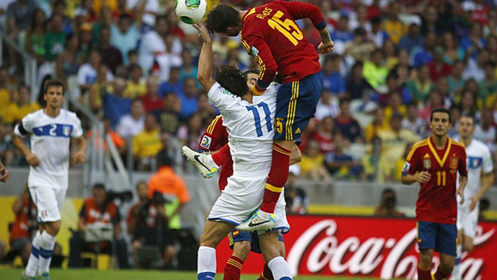 Sergio Ramos salta por encima de Gilardino