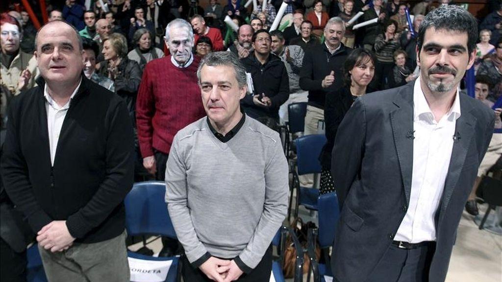 El presidente del PNV, Iñigo Urkullu (c), y el líder de este partido en Guipúzcoa, Joseba Egibar (i), en un acto político de presentación del candidato de esta formación a la alcaldía de San Sebastián, Eneko Goia (d). EFE