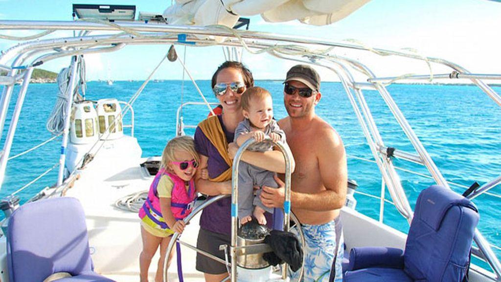 Una pareja canadiense, Genevieve y Eben,  viaja con sus hijas
