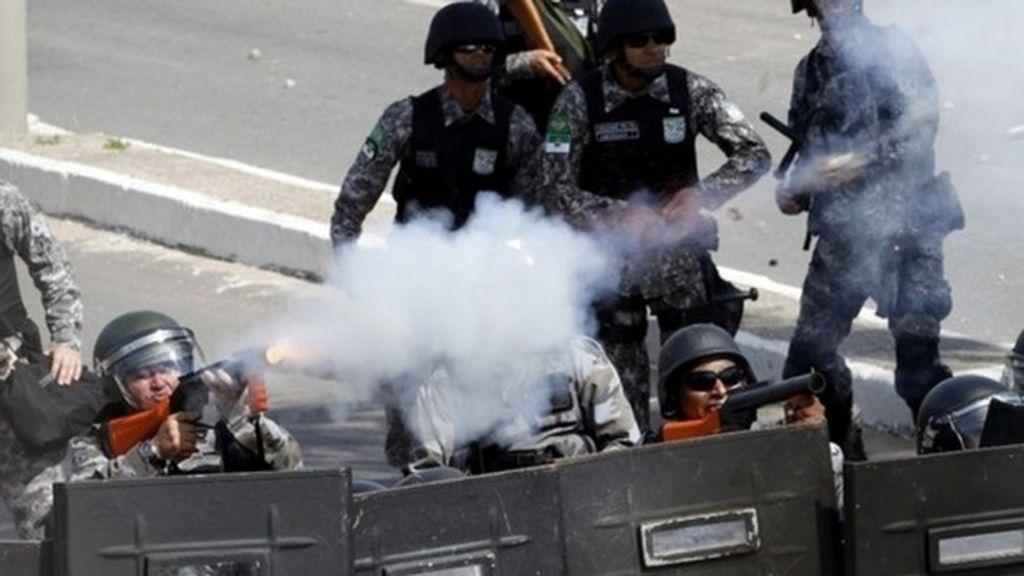 Gases para dispersar a los manifestantes en el estadio Castelao