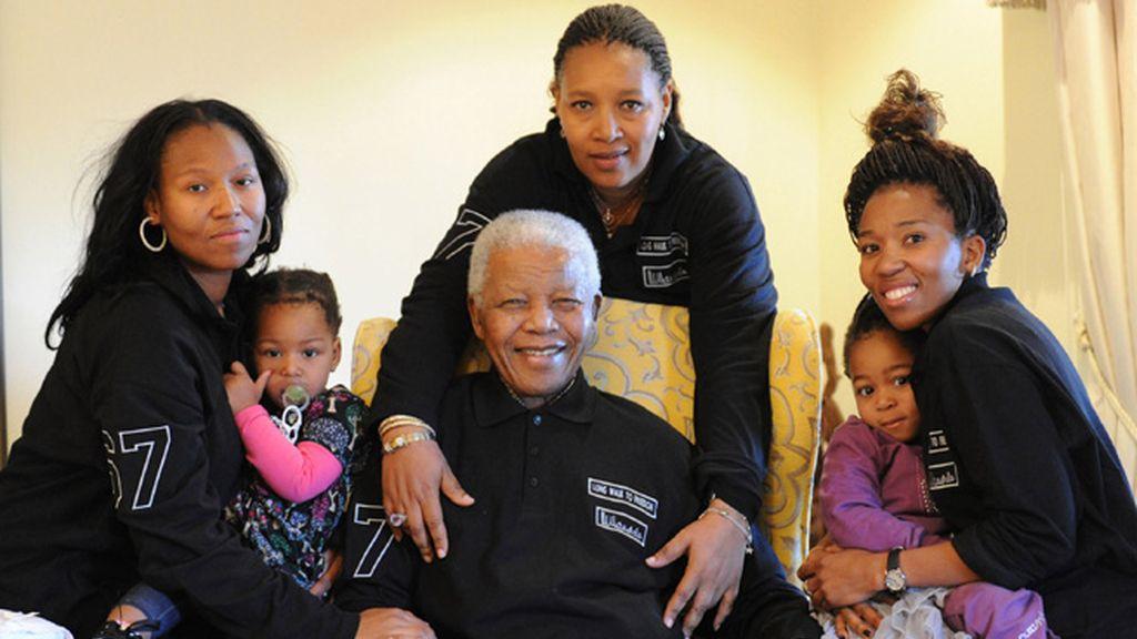 El líder sudafricano celebrará su cumpleaños en familia. En la foto junto a su hija (al centro), nietas y bisnietas.
