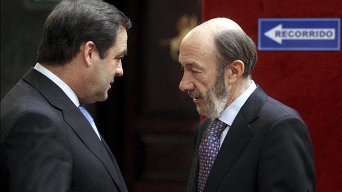 El vicepresidente primero del Gobierno, Alfredo Pérez Rubalcaba (d), charla con el presidente del Congreso, José Bono, antes de la entrevista que el primero concedió a Radio Nacional en el hemiciclo de la Cámara Baja. EFE