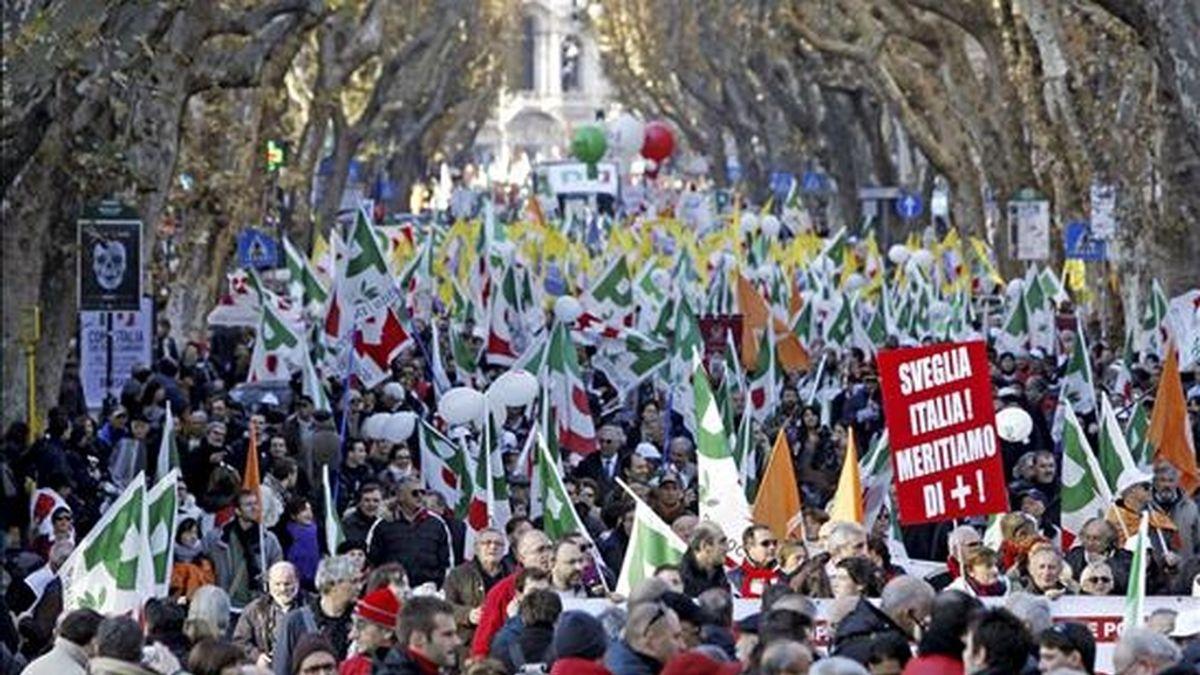 Miles de personas procedentes de toda Italia se manifiestan en Roma convocadas por la principal fuerza de la oposición, el Partido Demócrata (PD), contra el Gobierno de Silvio Berlusconi, en vísperas de las decisivas votaciones que el día 14 deberá afrontar el Ejecutivo en el Parlamento. EFE