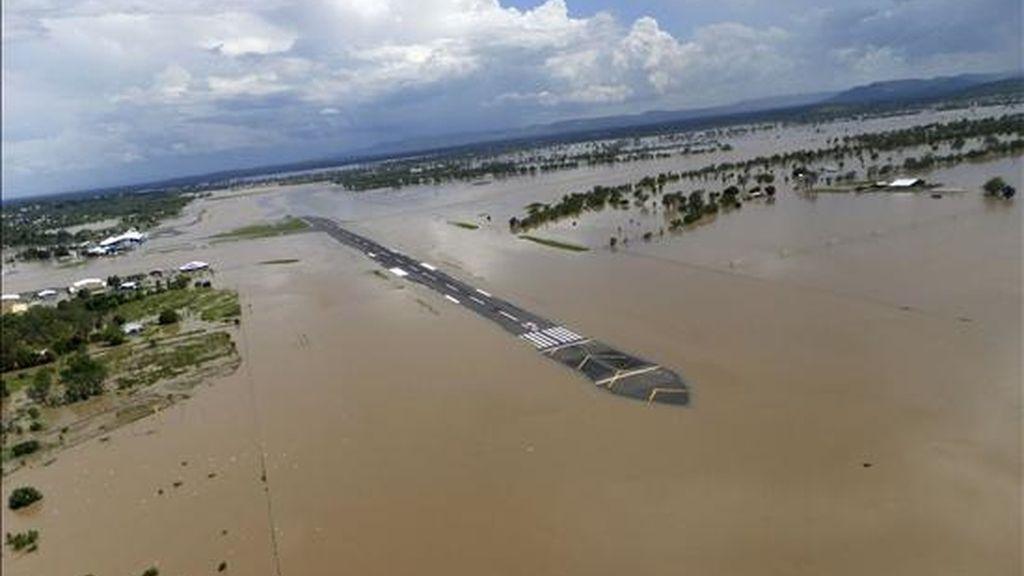 Vista aérea de las inundaciones en el aeropuerto de Rockhampton (Australia), hoy, 4 de enero de 2011. En Rockhampton, localidad de unos 75.000 habitantes situada en el litoral del Estado Queensland, todos los accesos quedarán hoy cortados, situación que, según las autoridades, se alargará al menos dos semanas. EFE