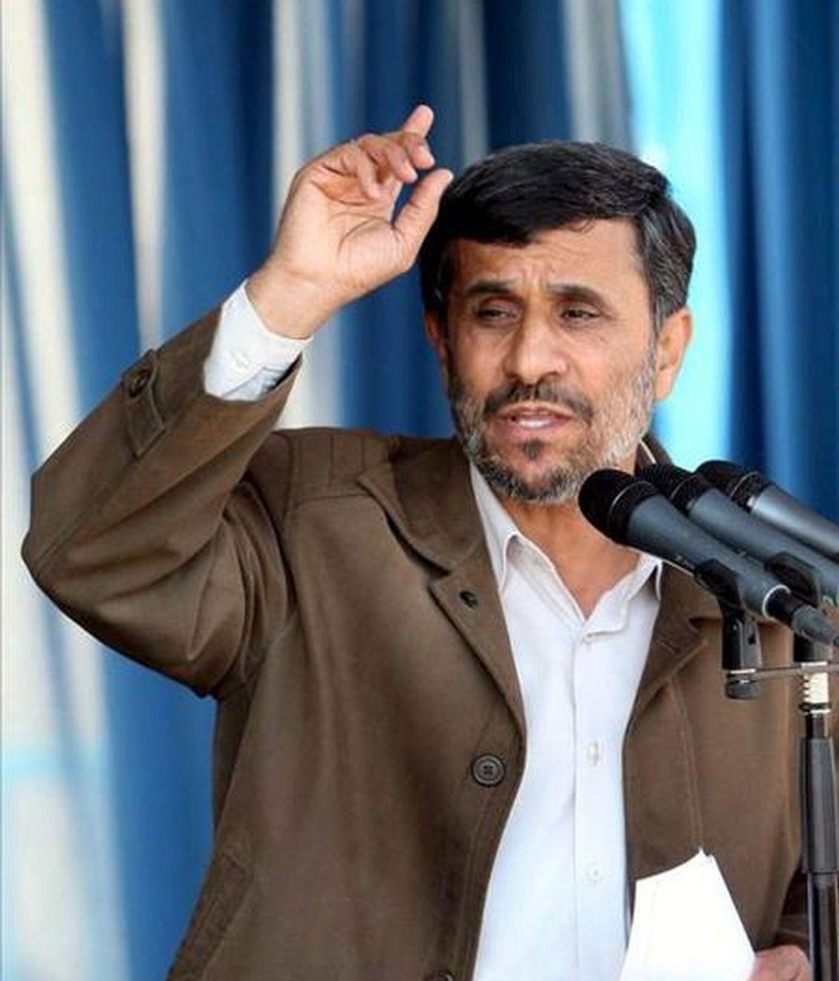 Foto facilitada por el sitio oficial de la presidencia iraní que muestra al presidente de Irán, Mahmoud Ahmadinejad, mientras pronuncia un discurso en Arak, Irán, ayer, 7 de diciembre de 2010. EFE