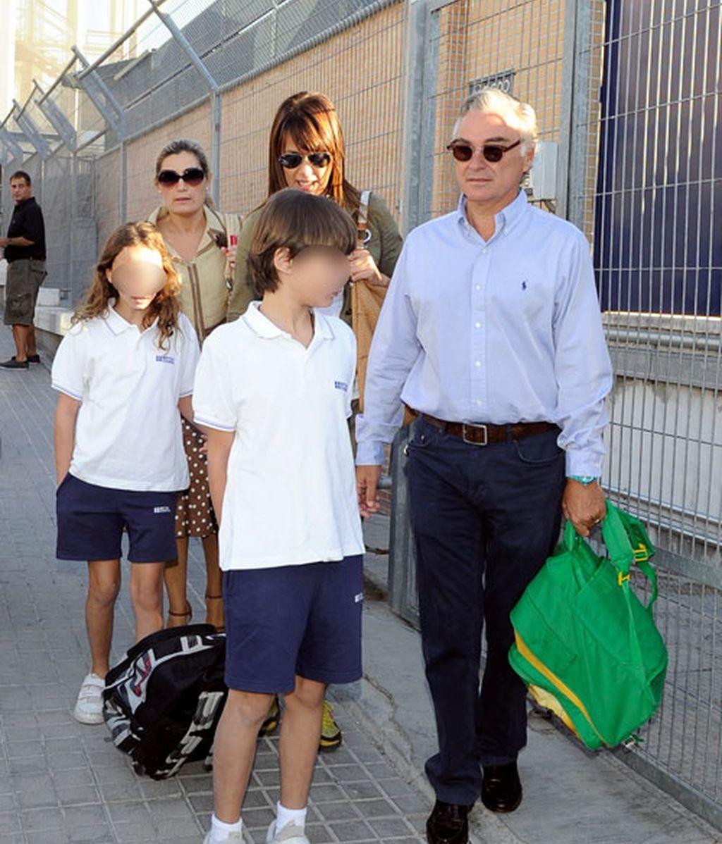 Formas de llevar los libros al cole, según los hijos de los famosos