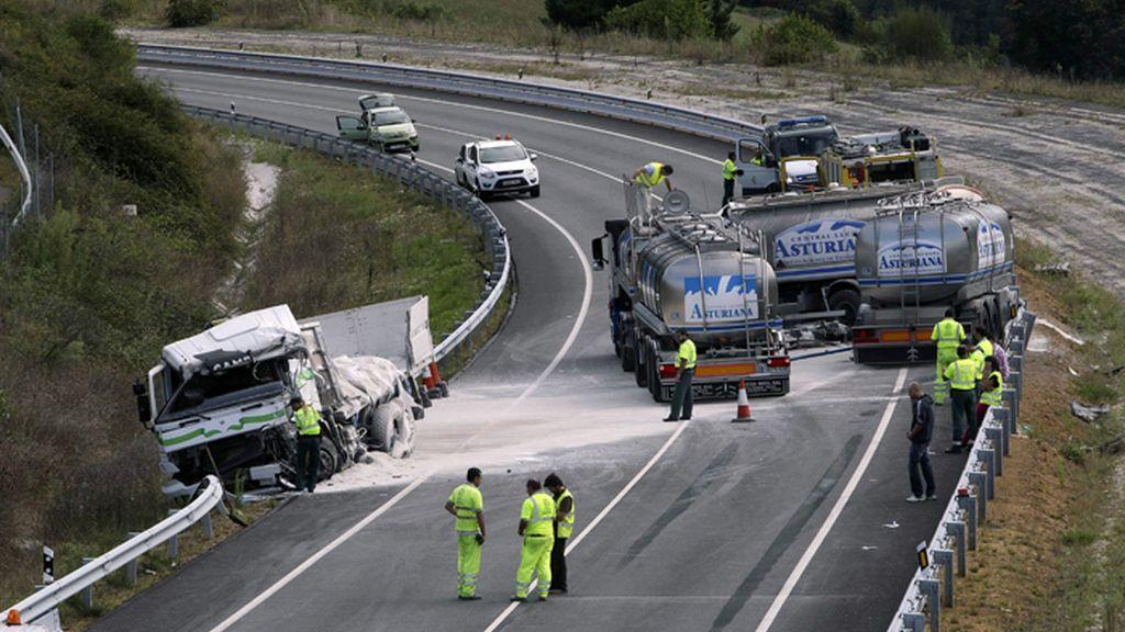Mueren dos personas en la colisión de dos camiones en Salas, Asturias