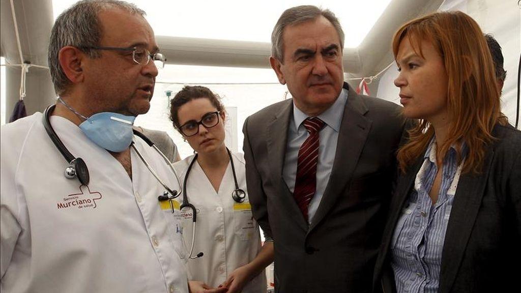 La ministra de Sanidad, Leire Pajín (d), durante su visita al campamento de los afectados por el terremoto de Lorca (Murcia), que afonta el primer fin de semana tras los terremotos. EFE