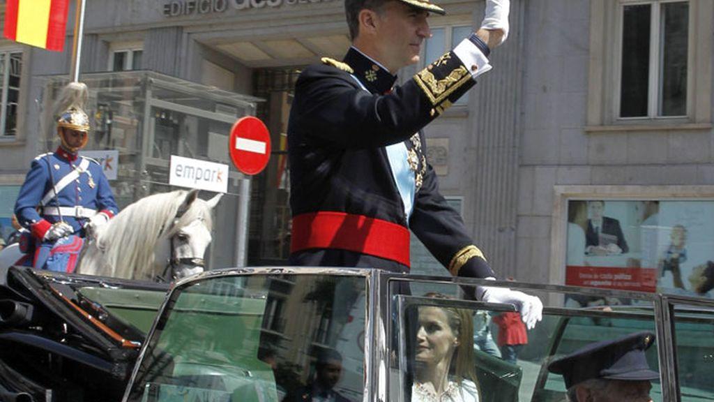 Los nuevos reyes, durante su paseo por las calles de Madrid