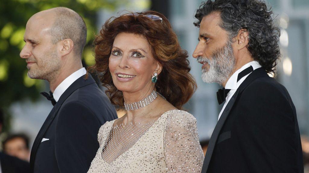 Sofía Loren pisa la alfombra roja de Cannes